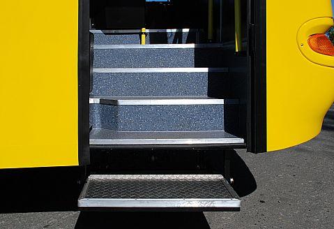 Автобус КАВЗ-4235/4238 школьный, ступенька входной двери